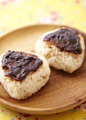おにぎりに田楽味噌を塗り、魚焼きグリルで弱火であぶって作る味噌焼きおにぎり♪レシピでは雑穀ご飯を使っていますが、もちろん普通のご飯でも美味しく頂けますよ。