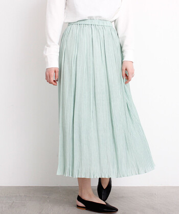 シワのような細かい縦プリーツ加工を施した、ナチュラルな印象のロング丈スカート。生地の質感はマットで、夏から秋にかけてロングシーズン活躍してくれるアイテムです。