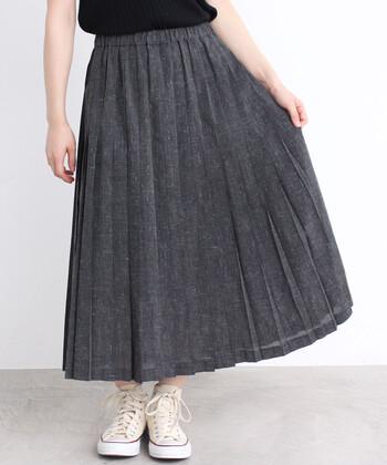リネン混素材で作られた、薄手のロング丈プリーツスカートです。ちょっぴり透け感のあるクロがカジュアルと大人っぽさの両立を叶えてくれます。タックインにはもちろん、あえて裾を出したコーディネートもおすすめ♪