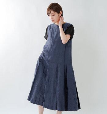 リネン素材で涼しげに着こなせるノースリーブワンピースに、プリーツ加工を施した一枚。裾がふわっとボリューム感たっぷりな分、トップス部分はタイトなシルエットに仕上げているのがポイントです。