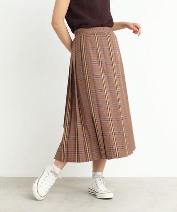 ヘリンボーンのチェック柄に、プリーツ加工をプラスしたロングスカート。秋冬のイメージが強いチェック柄ですが、厚すぎない生地で作られているので、夏から着用できます。シンプルな無地トップスと合わせて、スカートを主役にした着こなしを楽しみましょう。