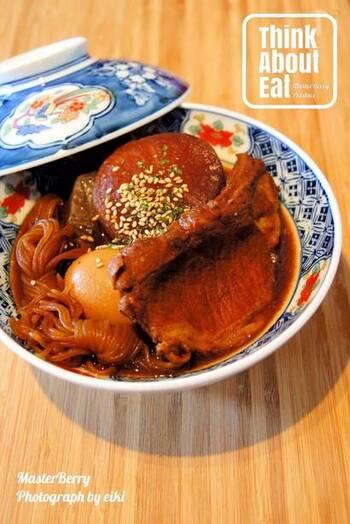 """名古屋めしの代表格""""どて煮""""を、豚ロースで再現!大根、ゆで卵、こんにゃく、白滝を合わせてじっくりと煮込んで作ります。ご飯にかけて、""""どて飯""""として味わうのもオススメです。"""