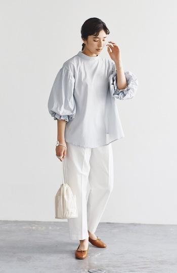 フレアシルエットにワイドスリーブデザインをプラスした、ボリューム感たっぷりなトップスに、センタープレスの入った白パンツを合わせた着こなしです。きちんと感をアピールしつつ、トレンド感も忘れない大人のゆとりコーデの完成♪
