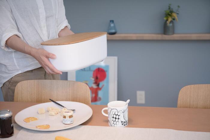 シンプルな白に木製の蓋がスタイリッシュな、ブレッドボックス。程よいサイズ感で、パンを入れるだけでなく収納用品としても人気の高いアイテムです。並べても重ねてもサマになるので、キッチンやダイニングなどの様々な場面で活躍してくれそう。