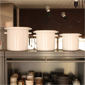 ホーロー素材のラウンドストッカーは、真っ白のシンプルデザインでどんなキッチンにも馴染んでくれるアイテムです。同じサイズを並べるのはもちろん、サイズ違いのストッカーを3つ並べてもインテリアグッズのようでサマになります。