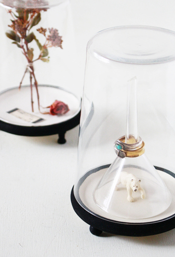 とっても素敵なガラスドームを100均材料で手作りしてみましょう。台の部分は茶托と押しピンを使い、色を塗ったり接着したりして作ります。ドームの部分はグラスをひっくり返すだけでOK。夏らしいアイテムをドームの中に入れてインテリアに涼しさを加えてみてください♪