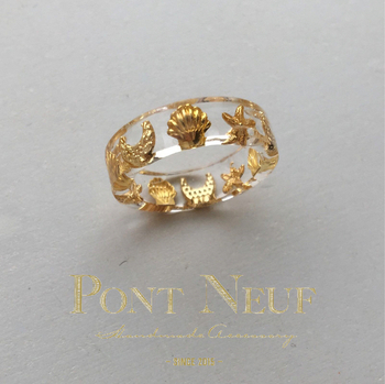 色々なモチーフが組み合わせられた、楽しいデザインの指輪。小さなシェルやヒトデが、さりげなく夏らしさを演出してくれます。