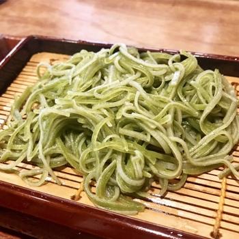 『よもぎ蕎麦』『さつき蕎麦(抹茶の新茶)』『天神(自家製の梅酒を練り込んだ)』etc.、etc.…  画像:翡翠のような緑色が美しい『紫蘇そば』。召し上がった方は。 ↓↓
