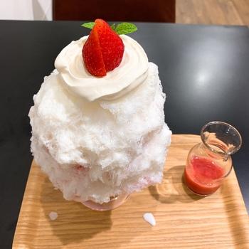 フルーツのかき氷はすべて生の果物を使用しているため、みずみずしくジューシー。ベースは、基本の練乳、ヨーグルト練乳、マスカルポーネ練乳の3種類から選べます。