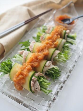 いつもならサラダのように盛り付ける冷しゃぶも、スライスきゅうりで巻くだけで、おしゃれに変身。豚肉は一枚ずつ広げながら茹でると野菜を巻きやすくなり、綺麗に仕上がります。大根おろしだれをかければ、さっぱり美味しい冷製おかずに。