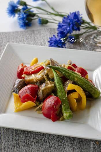 赤・黄・緑のカラフルな夏野菜を使った夏らしい炒めもの。甘めの味噌味に生姜が効いています。冷やすことで野菜にしっかりと味が染みますよ。夏の食卓のメインにはもちろん、弁当のおかずにもうってつけです。