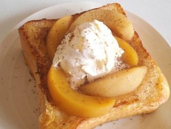 厚切りの食パンを牛乳、卵、バターで作った液にじっくりと漬け込んで作る、ふっくらおいしいフレンチトースト。白桃とバニラアイスを乗せて贅沢に♪