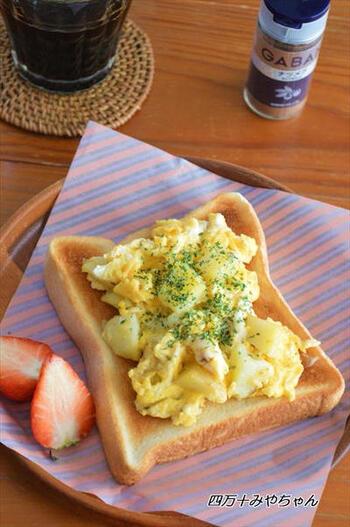 チンしたじゃがいもをバターで炒め、卵液を加えればとろりととろけるスクランブルエッグに。トーストの上に乗せて、パセリを振りかければ完成です。