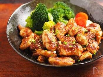 あっさりとしている鶏むね肉は、しょうが焼きのタレで濃い目に味付けをして食べやすく。パサパサしがちな鶏むね肉も下処理すれば、ふっくら柔らかに仕上がります。