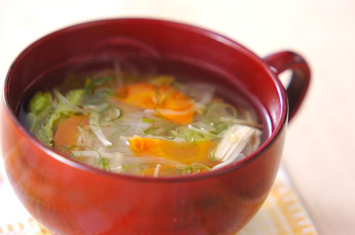 余ってしまった野菜はスープにするとラクですよね。野菜の種類や量を気にせず、あるものだけでパパっと作れます。こちらはレタスを使ったレシピなので、サラダの材料が余った時にも◎