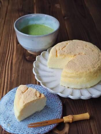 材料は絹ごし豆腐、クリームチーズ、卵、お砂糖の4つだけ。スフレのようなふんわりとしたチーズケーキです。お好みできなこを振りかければ、さらにタンパク質を摂取できますね。