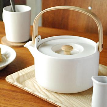 世界中で愛されるフィンランドのテキスタイルブランドマリメッコ(marimekko)の「オイバティーポット」は、 厚みのあるぽってりとしたフォルムがどこか優し気。 容量は700mlで一度でマグカップ3杯分のお茶を淹れることが出来ます。また、 中の茶漉しも陶器製なので、お手入れも楽ちん! シンプルデザインのポットは、マリメッコのウニッコなど華やかなパターンを使ったテーブルウェアとの相性も抜群です。