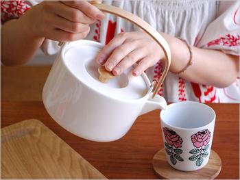 シンプルな中にも温かみがあるので、紅茶だけでなく日本茶を淹れる時にもおすすめ。木製の持ち手は握りやすく、一度に3杯分のお茶を淹れることが出来るので、日常使いはもちろん、来客時にもとっても重宝します。