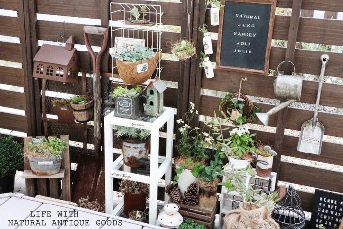 お庭の壁にウッドフェンスを設置しているご家庭も多いと思います。普段は見えないところに収納するスコップやじょうろなどのガーデニング用品を、あえて壁面に飾ってみるのもあり。壁に雑貨を飾ることでアクセントになり、物語りが生まれます。既成概念にとらわれず、わくわく自由に楽しみましょう。