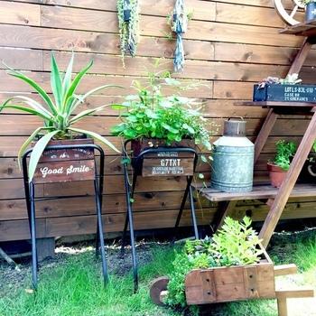 灰皿スタンドを使ってプランタースタンドをDIY。高さが出るので、お庭が立体的な空間に。下の空いたスペースを有効活用できるので、キャンドルホルダーを吊るしても素敵です。