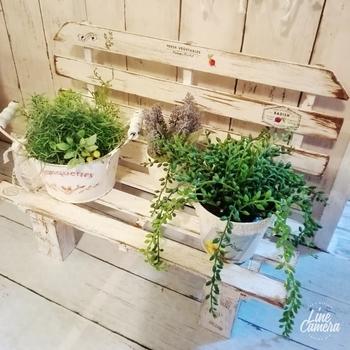 廃材とすのこを使ったベンチ風の棚です。ナチュラルな雰囲気にグリーンがよくマッチしていますね。お庭やベランダに遊び心もプラスされて、にぎやかになりそうですね。