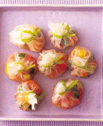 透き通る茶巾風の生春巻きの中は、なますやサーモン。夏を涼しげに彩る素敵なアイデアですね。柚子の香りも華やか。できあがったら、乾かないように濡らしたキッチンペーパーなどで包んでおきましょう。