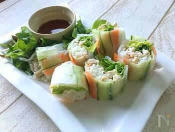 夏の定番・そうめんもこんな風に生春巻きにすると、全く違う料理になりますね。野菜などもいっしょに摂ることができ、見た目もきれい。食べやすいのもうれしい点です。和食膳に添えるのもいいかも。