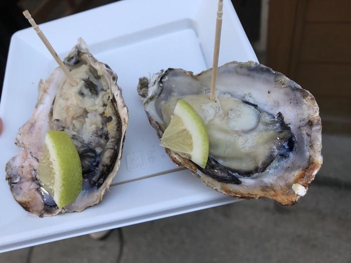 広島名物といえば、「かき」も外せませんね!広島牡蠣を生産して45年の「沖野水産」の一個一個丁寧に焼かれた広島牡蠣は、濃厚でクリーミーで美味しいと評判。レモンを絞ってさっぱり召し上がれ♪