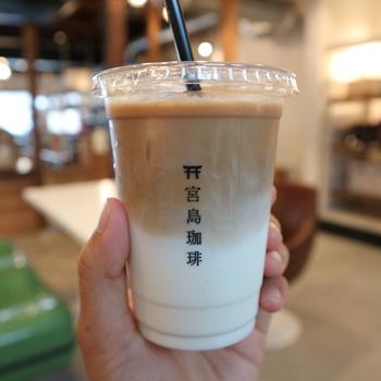 築100年の商屋をリノベーションした「ミヤジマコーヒー」は、テイクアウトも可能で、こちらはクリーミーなアイスカフェラテです。その他に、ドリップコーヒーやフローズンショコララテなどのドリンクがリーズナブルな価格で揃ってます。宮島の景色を眺めながら、飲み歩きにおすすめです。