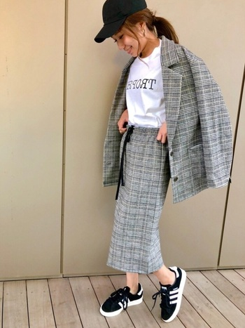 こちらはグレンチェックのジャケット&タイトスカートのセットアップに、スニーカー×キャップを組み合わせたおしゃれなスポーツMIXスタイル。オーバーサイズのジャケットが今年らしい印象です。旬のデザインを取り入れることで、より鮮度の高い着こなしが楽しめますよ。