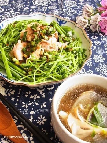 食欲そそるニラだれをかけた冷しゃぶに、茹で汁を活用した野菜スープを副菜に。豚肉の旨味を活かして、昆布や塩こしょうでシンプルに味付けした優しい味わいにほっとします。