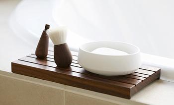 日本で作られたウォールナット製のトレイは、洗面所を上質な空間へと変身させてくれます。