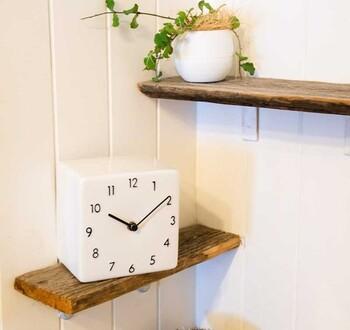 日本の職人さんが丁寧に作っているという陶器の時計は、ぬくもりのある雰囲気がいいですね。清潔感とやわらかさのどちらも楽しめるのは、陶器ならではです。