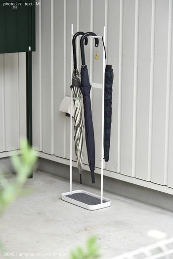 こちらはアンブレラハンガーというユニークなアイテムです。傘を立てておくのではなく、吊るしておくことですっきり見せてくれます。折りたたみ傘も紐さえついていれば、横の部分にかけることができるというのは便利ですよね。