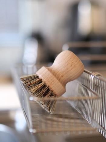 レデッカーのブラシは握ったときに力を入れやすく、飾っておくだけでも様になるデザイン性の高さがあります。使い終わったら、丁寧に乾かしておきたくなります。