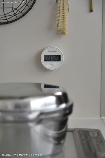 ダイヤル式のキッチンタイマーは無印のもの。視認性に富んだデザインで、白物家電の中にあってもとても分かりやすいですね。