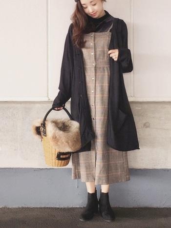 一枚で女性らしい着こなしが決まるワンピース。クラシカルなグレンチェックなら、季節感あふれる上品な雰囲気を演出できますよ。秋冬シーズンはこちらのように、ロングカーディガンと組み合わせたリラックススタイルもおススメです。縦のラインを意識することですっきり見えますよ。