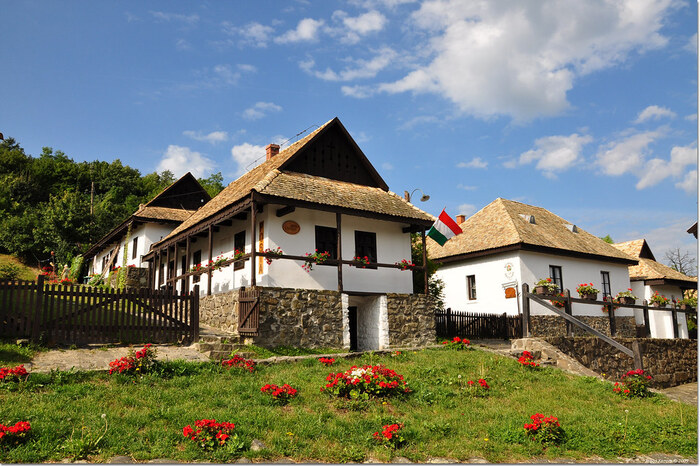 「ハンガリーで最も美しい村」と称されるホッロークーへは、首都ブダペストからバスを使うと約2時間で到着することができます。伝統的な古民家が立ち並ぶこの村は、世界で初めて世界遺産に登録された場所でもあります。