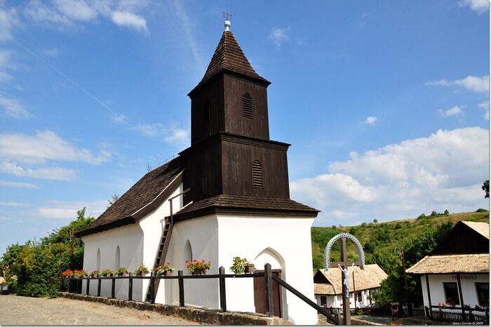ホッロークー村のメインストリート、コシュート通りの中心部には、1889年に建てられた二重十字架が掲げられた教会があります。