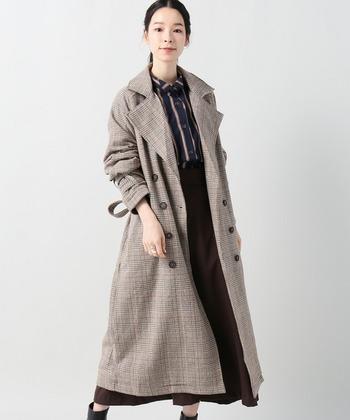 こちらのトレンチコートはやわらかいブラウンが女性らしい印象です。トップスもボトムスも落ち着いたカラーでまとめることで、よりシックで大人っぽい雰囲気に。クラシカルなグレンチェックのコートは、カジュアルからフェミニンまで、様々なコーディネートを上品な印象に仕上げてくれます。