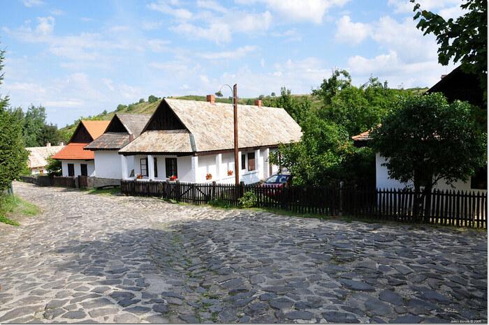 パローツ様式と呼ばれる可愛らしい家々をよく見ると、一軒一軒屋根の色が少し異なっていることに気付きます。ホッロークーは1909年に大火事に遭いました。比較的鮮やかな赤色をした屋根の家は、伝統的なパローツ様式の家屋を忠実に再現して建てられたものです。