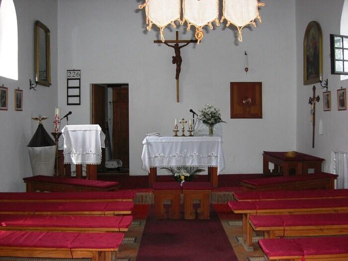 教会の内部はとても質素です。ヨーロッパの大聖堂、教会堂に見られるような豪華な祭壇や壮麗なステンドグラス、アーチ状の柱などは一切無く、小さな祭壇があるのみの素朴な内装が、この教会の魅力を引き立てています。