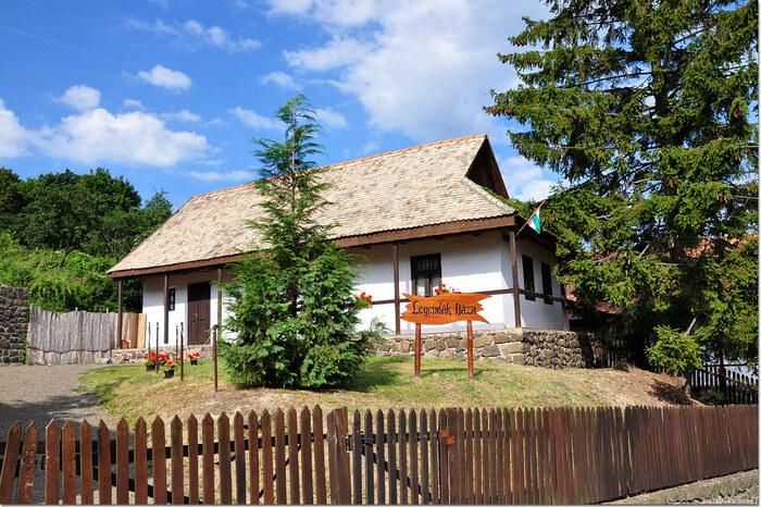 ホッロークーは、村そのものが世界遺産に登録されています。この村はただ可愛らしくて美しいだけでなく、時間を忘れながらのんびりと過ごしたくなるような素朴で懐かしく優しい雰囲気が漂っています。