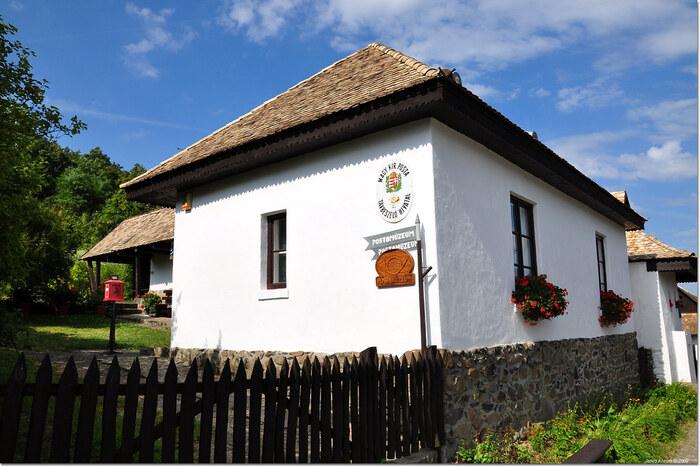 ホッロークーの郵便博物館の隣には、まるで民家のようなパローツ様式の郵便局があります。ホッロークーを訪れた記念にここから絵葉書を送ってみるのもおすすめです。