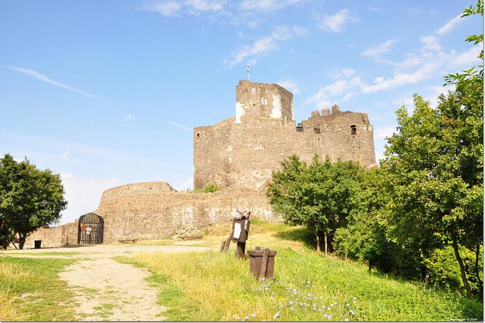 ホッロークーの村はずれにある小高い丘には、13世紀に造られたホッロークー城がそびえ立っています。