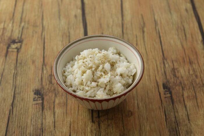 意外な使い方ですが実は基本のレシピなんです。ごはんを炊く際に1合=1g(粉寒天)の割合で混ぜるだけ。お米のつやと甘みも増すとのこと。ここでは切り干し大根も入れて更にヘルシーさアップです。