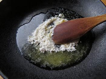 火加減は最後まで極弱火。そして、焦らずゆっくり混ぜるのがダマにならないポイントです。最初にバターを溶かし、次に小麦粉を入れて丁寧に練っていきます。