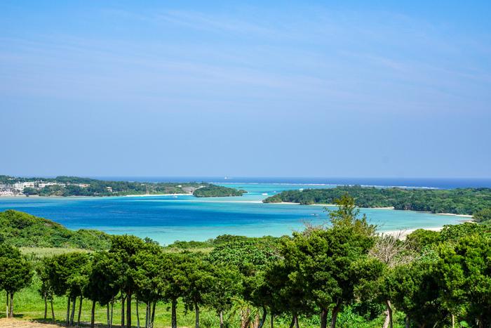 石垣島へ到着したらまずおすすめしたい観光場所は、石垣島屈指の絶景スポット「川平湾(かびらわん)」です。島の北西部に位置し、石垣市内からは車でおよそ40分。世界でも有数の透明度を誇る海と、豊かな緑が迎えてくれます。川平湾へと向かう海岸線のドライブで旅気分がぐっと盛り上がり、石垣島に来たのだという感慨も高まりますよ。