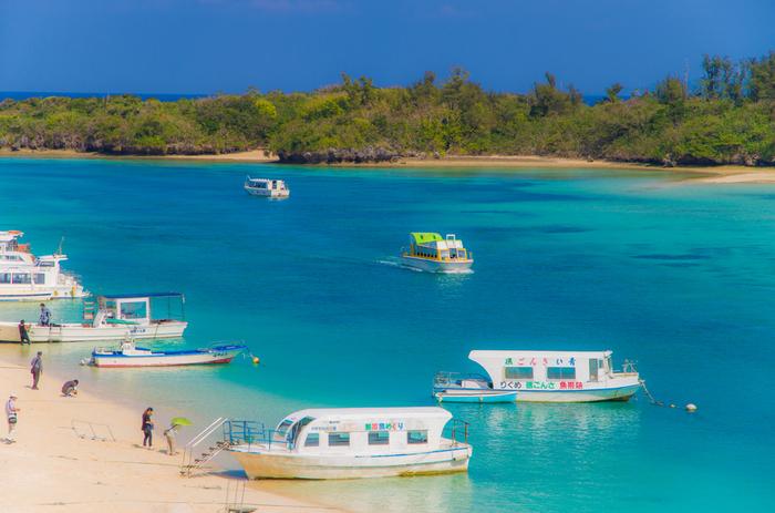 日本百景の一つである川平湾の見所は、光や時間帯によって刻々と変わる海の色。白砂に映えるブルーからグリーンへの美しいグラデーションが、鮮やかに心に残ります。「川平ブルー」とも呼ばれ、その美しさはミシュランのグリーンガイドでも最高ランクの三つ星を取っています。川平湾での一番人気は、グラスボート遊覧。着替える必要もなく、小さな子どもからお年寄りまで、美しい海中景色を気軽に楽しむことができます。