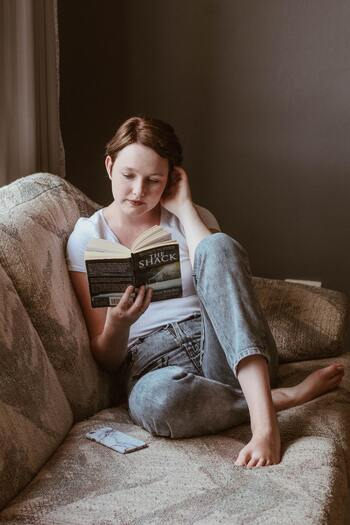 寂しさについて、考えれば考えるほど深みにはまってしまいます。そんな負のループをいち早く断ち切り、気持ちを切り替えるために、好きな映画や小説の世界に入り込むことはとても有効です。寂しい時に読む本を何冊か用意しておくと良いでしょう。
